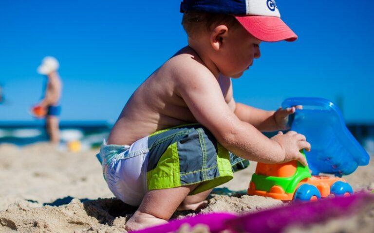 Πώς να αντιμετωπίσετε ένα έγκαυμα σε παιδί και άλλους κινδύνους από τον ήλιο.